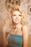 20秀丽世纪回顾展复核s妇女xx 一个年轻美丽的微笑的blondy女孩的面孔 库存图片
