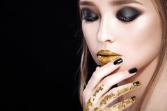 20秀丽世纪纵向回顾展复核s妇女xx 专业构成和修指甲与金箔闪烁, smokey眼睛 黑颜色 拷贝空间 免版税库存图片
