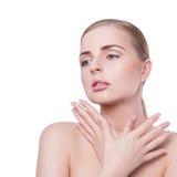 20秀丽世纪纵向回顾展复核s妇女xx 有完善的新鲜的干净的皮肤和自然专业构成的美丽的温泉模型女孩 白肤金发 免版税图库摄影