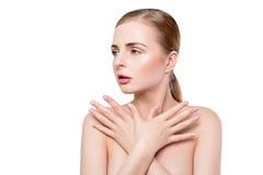 20秀丽世纪纵向回顾展复核s妇女xx 有完善的新鲜的干净的皮肤和自然专业构成的美丽的温泉模型女孩 白肤金发 免版税库存照片