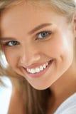 20秀丽世纪纵向回顾展复核s妇女xx 有美好面孔微笑的女孩 免版税图库摄影