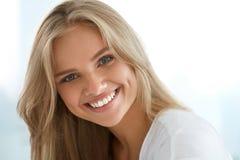 20秀丽世纪纵向回顾展复核s妇女xx 有美好面孔微笑的女孩 免版税库存图片
