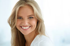 20秀丽世纪纵向回顾展复核s妇女xx 有美好面孔微笑的女孩 库存照片