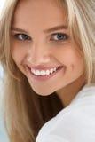 20秀丽世纪纵向回顾展复核s妇女xx 有美好面孔微笑的女孩 免版税库存照片