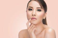 秀丽亚洲人画象 涉及她的嘴唇的美丽的妇女 完善的新鲜的皮肤 库存图片