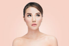 秀丽亚洲妇女面孔画象 有完善的新鲜的干净的皮肤的美丽的温泉模型女孩 免版税图库摄影