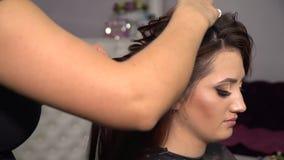 秀丽交谊厅 美发师的年轻美女 美发师做女孩发型 美容院的浅黑肤色的男人 影视素材