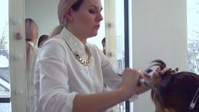 秀丽交谊厅 薄饼 美发师做理发女孩热的剪刀 美发师举办主要类 特写镜头 慢 股票录像