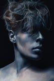 秀丽人样式画象被隔绝在黑暗的背景 艺术蓝色和灰色构成 发型和skincare概念 库存图片