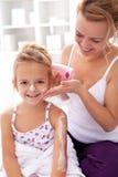 秀丽仪式-在浴以后的小女孩 免版税库存照片