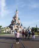 秀丽休眠城堡的女孩在eurodisney 免版税库存图片