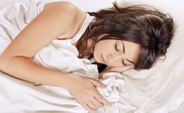秀丽休眠的妇女 免版税库存照片