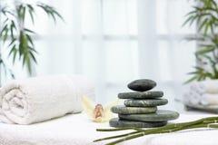 秀丽健康按摩产品温泉向主题健康扔石头 库存照片