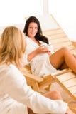 秀丽健康放松联系的温泉二名妇女 库存照片