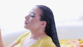秀丽关心健康弯曲的妇女橙色浴 股票录像