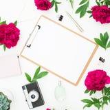 秀丽博克概念 与剪贴板、笔记本、减速火箭的照相机、牡丹和笔的博客作者或自由职业者工作区在白色背景 库存照片