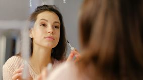 秀丽博客作者构成魅力女孩应用染睫毛油 股票视频