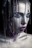 秀丽另外样式  与银、紫色、蓝色构成和发光的银色首饰链子的年轻美好的时装模特儿在她的fa 免版税库存照片