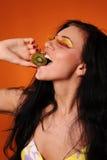 秀丽吃猕猴桃妇女年轻人 库存图片