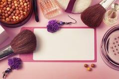 秀丽和化妆用品概念 香水瓶、cosmetcis、粉末和刷子 桃红色背景 复制空间 顶视图 库存图片