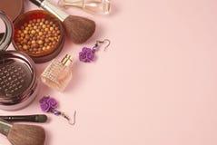 秀丽和化妆用品概念 香水瓶、cosmetcis、粉末和刷子 桃红色背景 复制空间 顶视图 免版税图库摄影