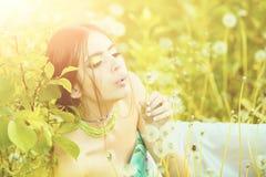 秀丽和时尚、青年时期和生气勃勃 有时兴的构成的在绿色叶子的女孩和小珠 库存图片
