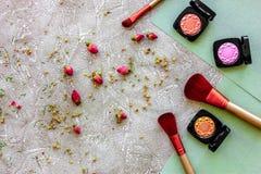 秀丽和时尚与装饰化妆用品为在石桌背景顶视图样式组成 免版税库存图片