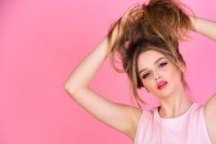 秀丽和美发师沙龙 与长的健康头发的秀丽在桃红色演播室,拷贝空间 免版税库存图片