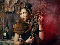 秀丽和艺术概念:有明亮的妇女用干燥分支,演播室射击组成 免版税图库摄影