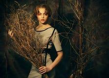 秀丽和艺术概念:有明亮的少妇用干燥分支组成 库存照片