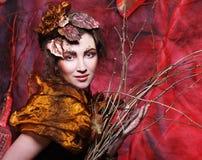 秀丽和艺术概念:有明亮的少妇用干燥分支组成 免版税库存照片