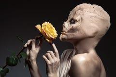 秀丽和野兽丑恶的巫婆有美丽的花的在手中 库存照片