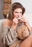 秀丽咖啡杯饮用的女孩 免版税库存图片