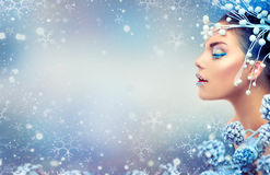 秀丽圣诞节女孩组成 与宝石的寒假构成在嘴唇 免版税图库摄影
