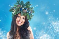 秀丽圣诞节特写镜头表面方式狐皮魅力敞篷设计纵向性感的冬天妇女 美好的新年和圣诞树 免版税库存图片
