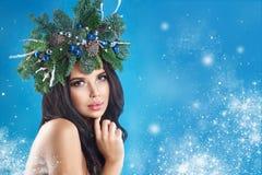 秀丽圣诞节特写镜头表面方式狐皮魅力敞篷设计纵向性感的冬天妇女 美好的新年和圣诞树 免版税图库摄影