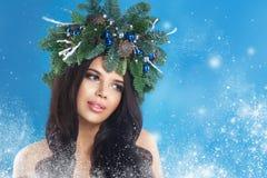秀丽圣诞节特写镜头表面方式狐皮魅力敞篷设计纵向性感的冬天妇女 美好的新年和圣诞树 库存图片