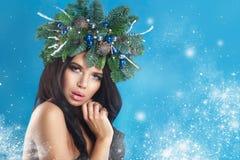 秀丽圣诞节特写镜头表面方式狐皮魅力敞篷设计纵向性感的冬天妇女 美好的新年和圣诞树 免版税库存照片