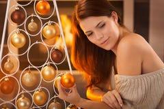 年轻秀丽圣诞节画象  免版税库存图片