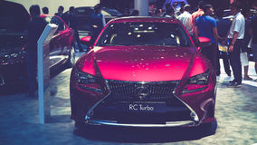 秀丽在显示的模型和凌志RC涡轮汽车在越南汽车展示会2017年 免版税库存照片
