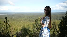 秀丽在森林风景的背景站立 股票录像