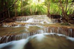 秀丽在瀑布的太阳光芒本质上, huay mae khamin nationa 库存图片