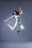 秀丽在灰色背景的女孩舞蹈 免版税库存图片
