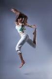 秀丽在灰色背景的女孩舞蹈 图库摄影