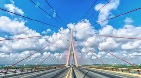秀丽在绳索飞溅的芹苴市桥梁在美丽的天空 库存照片