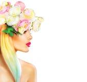 秀丽夏天有开花的模型女孩开花发型 免版税图库摄影