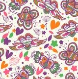 秀丽夏天花卉无缝的背景。与逗人喜爱的蝴蝶和飞行心脏的样式 免版税库存照片