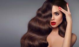 秀丽头发女孩画象 红色嘴唇构成、修指甲钉子和h 免版税库存图片