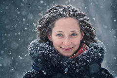 秀丽女孩与飞行雪花的冬天画象 免版税库存照片