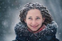 秀丽女孩与飞行雪花的冬天画象 免版税库存图片